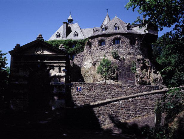 This castle is a truly historic place to stay. It was from here that the very idea of youth hostel associations was to spread around the world. Richard Schirrmann founded the Youth Hostel Association here. Enjoy the unique atmosphere this castle has to offer.
